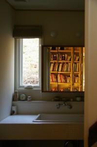 本棚が鏡に映る