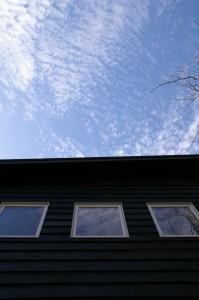 空が窓に映る